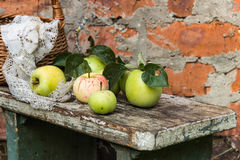 apples crate organic Φρέσκος στη φύση Στοκ Εικόνα