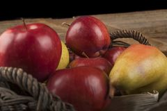 apples crate organic 免版税库存图片