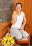 apples near table white woman Στοκ φωτογραφία με δικαίωμα ελεύθερης χρήσης