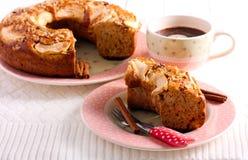 Applesauce κέικ καφέ, που τεμαχίζεται στο πιάτο Στοκ Φωτογραφίες