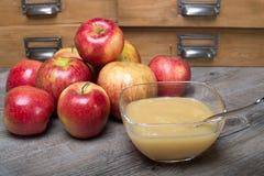 Applesauce σε έναν ξύλινο πίνακα Στοκ Φωτογραφίες
