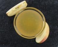Applesauce σε μια πλάκα πλακών Στοκ Εικόνα