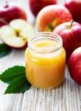 Applesauce στο βάζο γυαλιού στοκ φωτογραφία με δικαίωμα ελεύθερης χρήσης