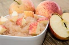 Applesauce med äpplen arkivbild