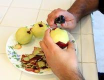 Applesbeing organique de rouge épluché pour la cuisson Photos stock