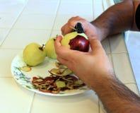 Applesbeing organique de rouge épluché pour la cuisson Images stock