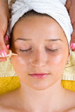 Applicando il siero alla donna eyes la pelle Fotografia Stock