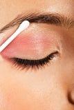 Applicando l'occhio di trucco dell'occhio chiuso Immagini Stock