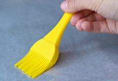 Applicando olio alla pergamena bollente con la spazzola di pasticceria Fotografia Stock Libera da Diritti
