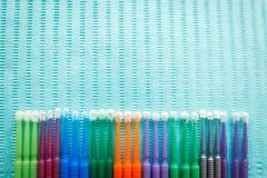 Applicateur micro de microbrush dentaire jetable - produit dentaire fortifiant Vue supérieure avec l'espace de copie pour le text image stock