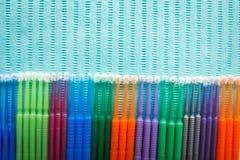Applicateur micro de microbrush dentaire jetable - produit dentaire fortifiant Vue supérieure avec l'espace de copie pour le text images stock
