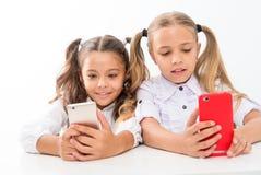 application éducative Concept en ligne de la vie Social de contrôle d'écran diagonal d'élèves d'écolières grand de smartphones mi photos libres de droits