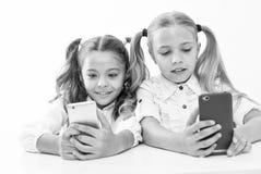 application éducative Concept en ligne de la vie Social de contrôle d'écran diagonal d'élèves d'écolières grand de smartphones mi photos stock