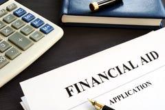 Application d'aide financière sur un bureau Prêt d'étudiant photos stock