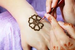Application de henné Photos stock