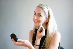 Application de la poudre de visage Photo stock