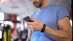 Application de lancement d'athlète sur le smartphone à synchroniser avec le bracelet de forme physique images stock