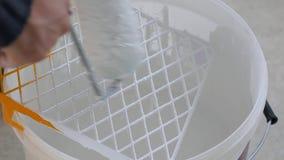 Application de peinture sur le rouleau pour les murs de peinture clips vidéos