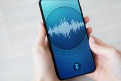 Application de reconnaissance vocale sur l'écran de smartphone Intelligence artificielle et concept de étude profond photographie stock libre de droits