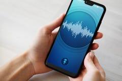 Application de reconnaissance vocale sur l'?cran de smartphone Intelligence artificielle et concept de ?tude profond photographie stock libre de droits