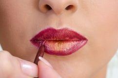 Application de rouge à lèvres photo libre de droits