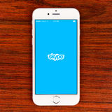 Application de Skype sur un affichage plus de l'iPhone 6 Photos stock