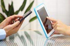 Application de transfert de femme et d'homme du téléphone portable intelligent t photographie stock libre de droits