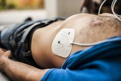 Application des électrodes de defibrillation Photos stock