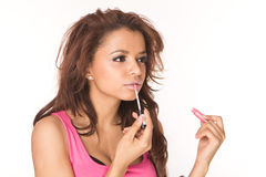 Application des lipgloss roses Photo stock
