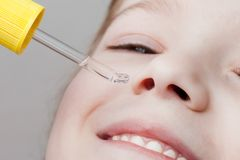 Application du compte-gouttes nasal photos stock