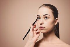 Application du fond femelle de beige de makeupon Image stock