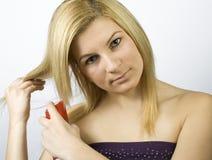 Application du jet de soin de cheveu photographie stock