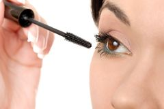 Application du mascara utilisant la brosse de mèche photographie stock