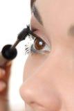 Application du mascara utilisant le balai de jeu photo stock