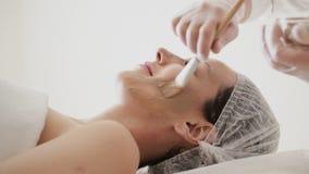 Application du masque facial au visage de femme au salon de beaut? clips vidéos