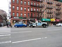 Application du trafic de NYPD, voiture obtenant remorquée, NYC, NY, Etats-Unis photo libre de droits