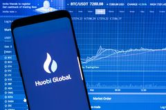 Application globale de Huobi fonctionnant sur le smartphone Photo stock