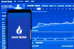Application globale de Huobi fonctionnant sur le smartphone Photographie stock