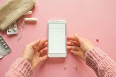 Application mobile pour dépister votre cycle menstruel et pour des marques PMS et le concept critique de jours photos stock