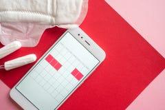 Application mobile pour d?pister votre cycle menstruel et pour des marques PMS et le concept critique de jours photographie stock libre de droits