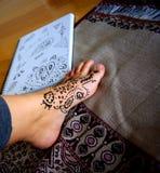Applicazione & disegno del hennè Fotografie Stock Libere da Diritti