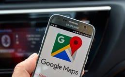 Applicazione del cellulare di Google Maps Fotografie Stock Libere da Diritti