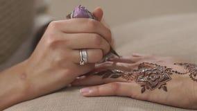 Applicazione del hennè con il cono stock footage