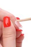 Applicazione del manicure - pulire le cuticole Immagini Stock