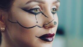 Applicazione del trucco di Halloween per la ragazza stock footage