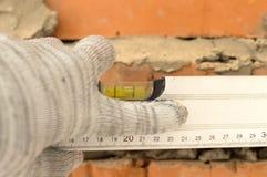 Applicazione dell'alluminio, il livello dell'acqua del muro di mattoni Fotografia Stock