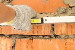 Applicazione dell'alluminio, il livello dell'acqua del muro di mattoni Fotografia Stock Libera da Diritti