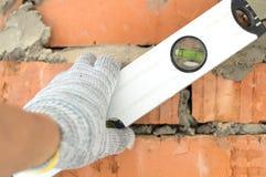 Applicazione dell'alluminio, il livello dell'acqua del muro di mattoni Fotografie Stock Libere da Diritti
