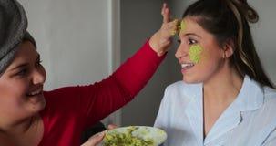 Applicazione dell'avocado Facemask stock footage