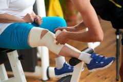 Applicazione dell'involucro di compressione per un muscolo storto immagine stock libera da diritti